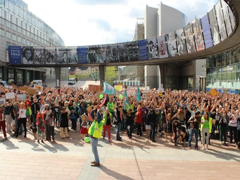 1000 burgers betogen voor het klimaat aan de voet van het Europees parlement
