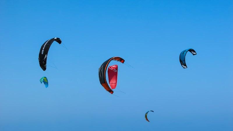 Kiten en uitwaaien aan zee